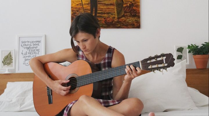 therealmyselfiecottage_Rita_chitarra